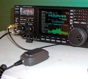 Contoh peralatan radio amatur.