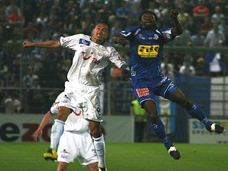 Gökhan Inler - İnler battling for a header against Luzern in 2007