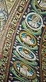 Italie, Ravenne, basilique San Vitale, mosaïque de l'intrados du grand arc montrant des médaillons d'apôtres et de saints (48087026641).jpg