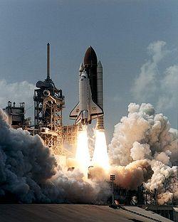 Το διαστημικό λεωφορείο Atlantis εκτοξεύεται ξεκινώντας την αποστολή STS-71.