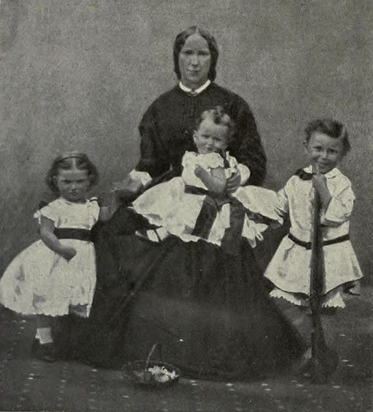File:Kitchener & family.jpg