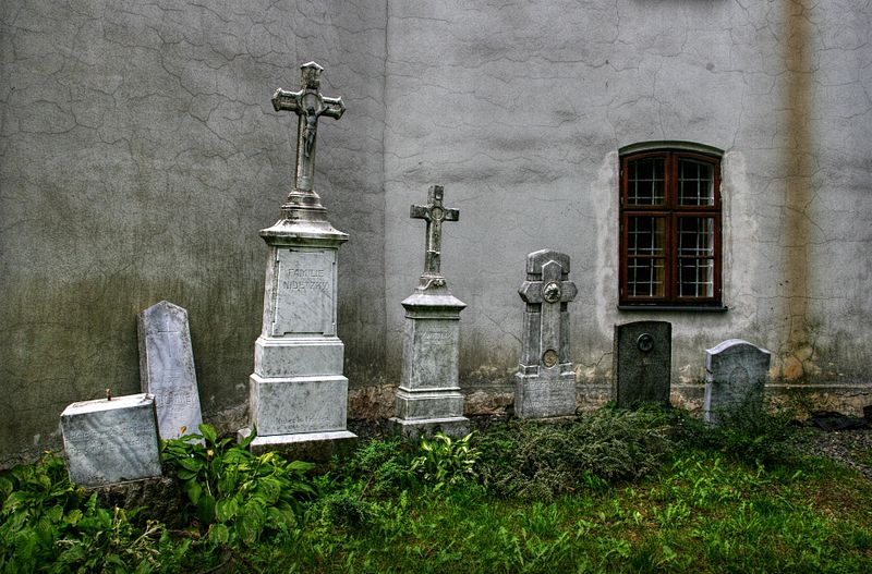 File:Klokočov, zákoutí u kostela.jpg