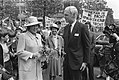 Koningin Beatrix, op de achtergrond demonstreren vrouwen van FIOM-opvanghuizen v, Bestanddeelnr 932-6063.jpg