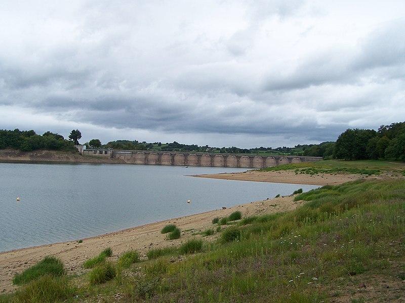 Vue du lac de Pannecière (Nièvre, France) et de son barrage hydroélectrique en août 2011, lors d'une vidange partielle du lac.