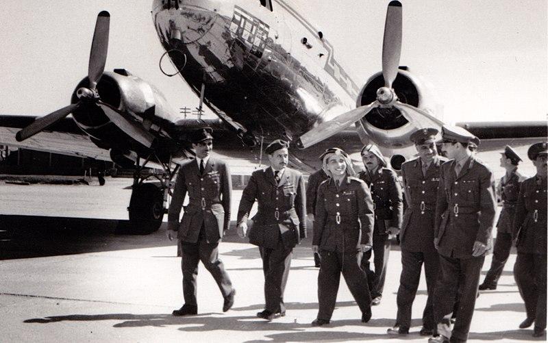 Na zdjęciu znajduje się naczelny dowódca egipskich sił powietrznych Adel Hafez, król Jordanii Husajn ibn Talal, prezydent Egiptu Gamal Abdel Nasser oraz głównodowodzący armią egipską w latach 1953-1967 - Abd al-Hakim Amir / Źródło: Wikimedia Commons