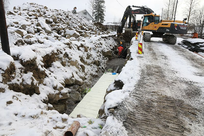 File:Legging av vann- og avløpsgrøft etter Kronborgsæterlinna på Toten.jpg