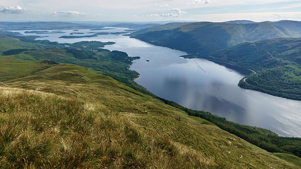 > Loch Lomond près de Glasgow depuis le sommet de Ben Lomond en direction du sud © User:Colin / Wikimedia Commons / CC BY-SA 4.0