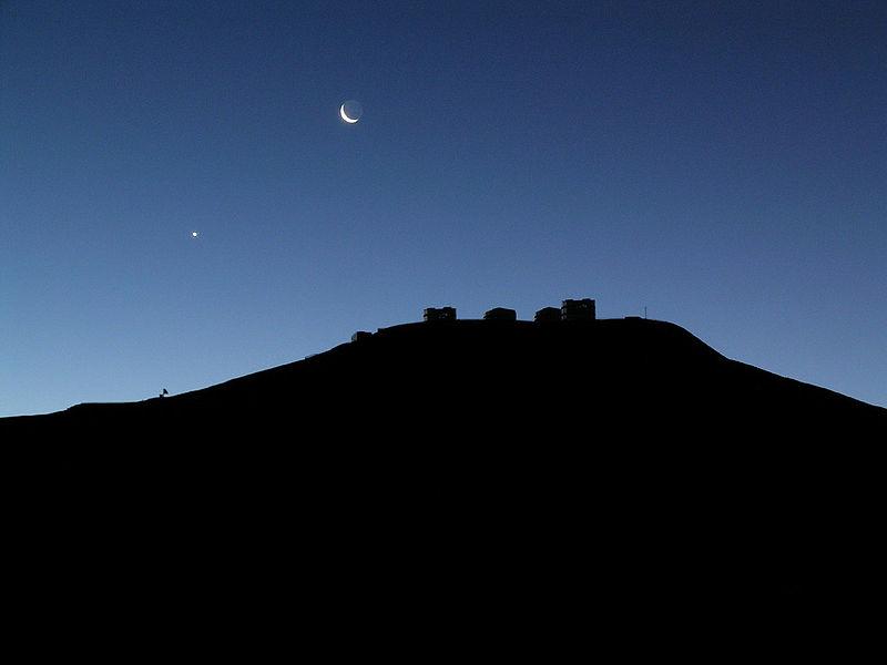Vista de la luna y Venus en el cielo