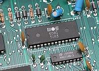 Печатная плата со смонтированными на ней электронными компонентами.
