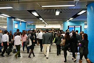 隨著西港島線及南港島線東段將先後於2014年和2015年通車,金鐘站乃至於銅鑼灣以東的一段港島線的擠逼情況將更令人堪憂。 (圖片:Hokachung@Wikimedia)