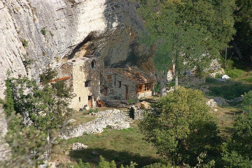 File maison terre construite dans un abri sous roche for Maison container sous terre