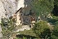 Maison à terre construite dans un abri sous roche à Buoux.jpg