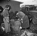Mannen met een vat met kolen, Bestanddeelnr 252-9481.jpg