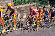 Pantani in gruppo in maglia rosa nel 1998