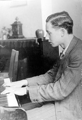Mischa Hillesum achter de piano in 1942