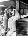 Model Eva Waldschmidt (l) en onbekende vrouw steken sigaretten aan, Bestanddeelnr 252-0896.jpg