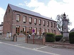 Monceau-Saint-Waast (Nord, Fr) mairie et mon aux morts.jpg