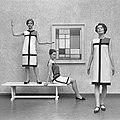 Mondriaanmode door Yves St Laurent (1966).jpg