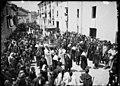 Multitud de gent de processó, amb la urna de Santa Oròsia, en un carrer de Jaca.jpeg