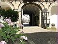 Nové Město nad Metují, brána ze zámku na náměstí - panoramio.jpg