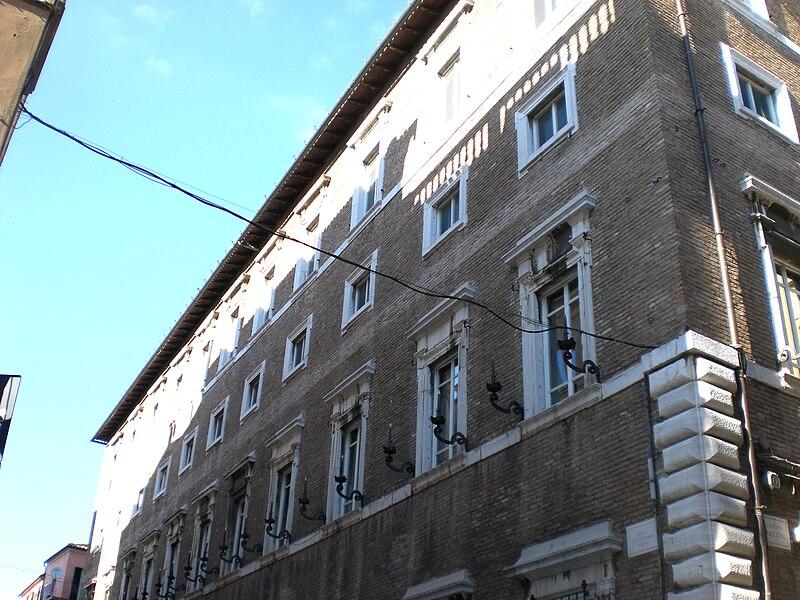 800px-Osimo%2C_Palazzo_Gallo