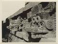 Parti av Ciudadela. Vindarnas herre och regnguden. Kolossalhuvud i sten på en pyramid - SMVK - 0307.a.0124.b.tif