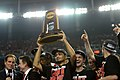 Peyton Siva hoists Louisville's NCAA championship trophy in 2013.jpg
