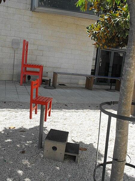 מיצג בחצר מוזיאון המדע בירושלים