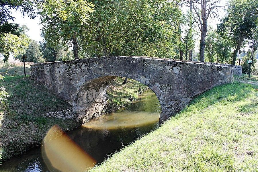 Pont Vieux de Cailhavel sur la Rigole de la Plaine
