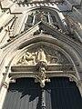 Portail central de l'église Saint Boniface d'Ixelles en contre plongée.jpg