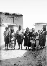 Prästen och hans familj. Mandres - SMVK - C06818.tif