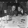 Prins Bernhard tijdens de lunch, Bestanddeelnr 900-6689.jpg