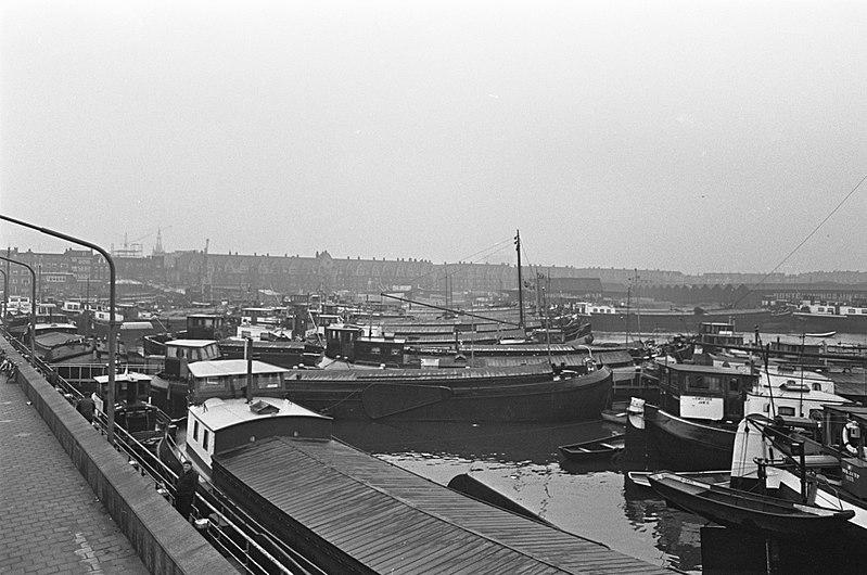 File:Protestaktie van binnenschippers, in de haven voor de Houtmankade liggen 200 sch, Bestanddeelnr 919-9978.jpg