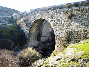 El puente desde la margen derecha del río.