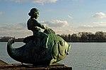 Putto auf dem Fisch Maschsee Hannover.jpg
