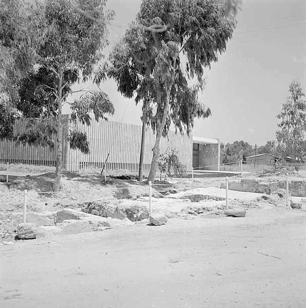 File:Quasileh Een met paaltjes en touwen afgezet deel van een opgraving, Bestanddeelnr 255-3789.jpg