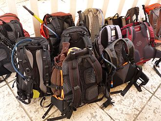 Backpacks are commonly used on hikes Sacs a dos avant la randonnee.jpg