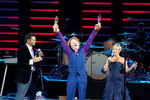 Felipe Camiroaga - Camiroaga (left) and Soledad Onetto (right) with Simply Red's Mick Hucknall at the 2009 Viña del Mar International Song Festival.