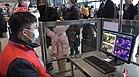 Personel monitorujący temperaturę ciała pasażerów na stacji kolejowej Wuhan podczas epidemii koronawirusa w Wuhan.jpg