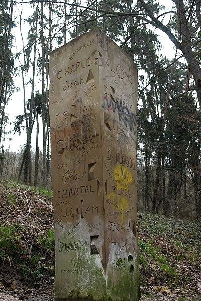 Mühlenwald bei Sitterswald, Steinskulptur an der Freundschaftsbrücke über die Blies nach Saargemünd