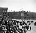 Suomen lippu nostetaan salkoon Senaatintalon katolle - N2087 (hkm.HKMS000005-000001iv).jpg