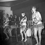 The Ladybirds opptrer i Bergen The Ladybirds performing in Bergen, Norway (1968).jpg