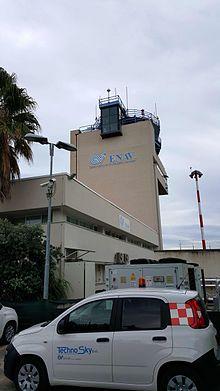 Torre di controllo ENAV dell'aeroporto ed in primo piano un veicolo tecnico Techno Sky.