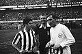 Tottenham Hotspurs tegen Atletico Madrid 5-1 Nr 13 aanvoerder Blanchflower en , Bestanddeelnr 915-1587.jpg