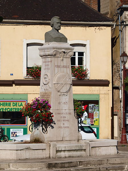 Toucy (Yonne, France) ; la statue de Pierre Larousse.