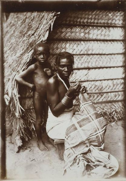 File:Tropenmuseum Royal Tropical Institute Objectnumber 60006036 Een bordurende Marron vrouw met haar.jpg