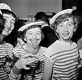 Twee meisjes verkleed als matroos op een dansfeest met overwegend jonge dames, Bestanddeelnr 254-0153.jpg