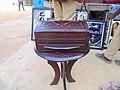 Un grand coffret en cuir posé sur une table.jpg