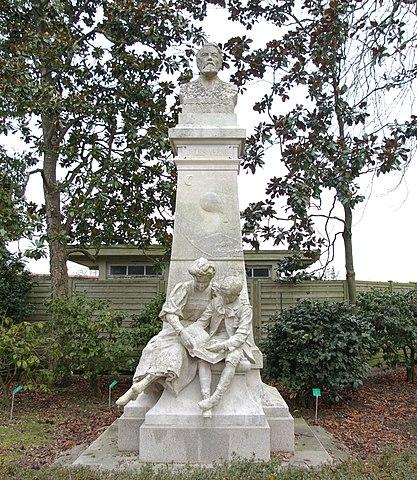Памятник Жюлю Верну в Jardin des Plantes, Нант, Франция.