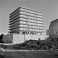 Vierkant flatgebouw op poten en met galerijen rondom, Bestanddeelnr 255-2251.jpg